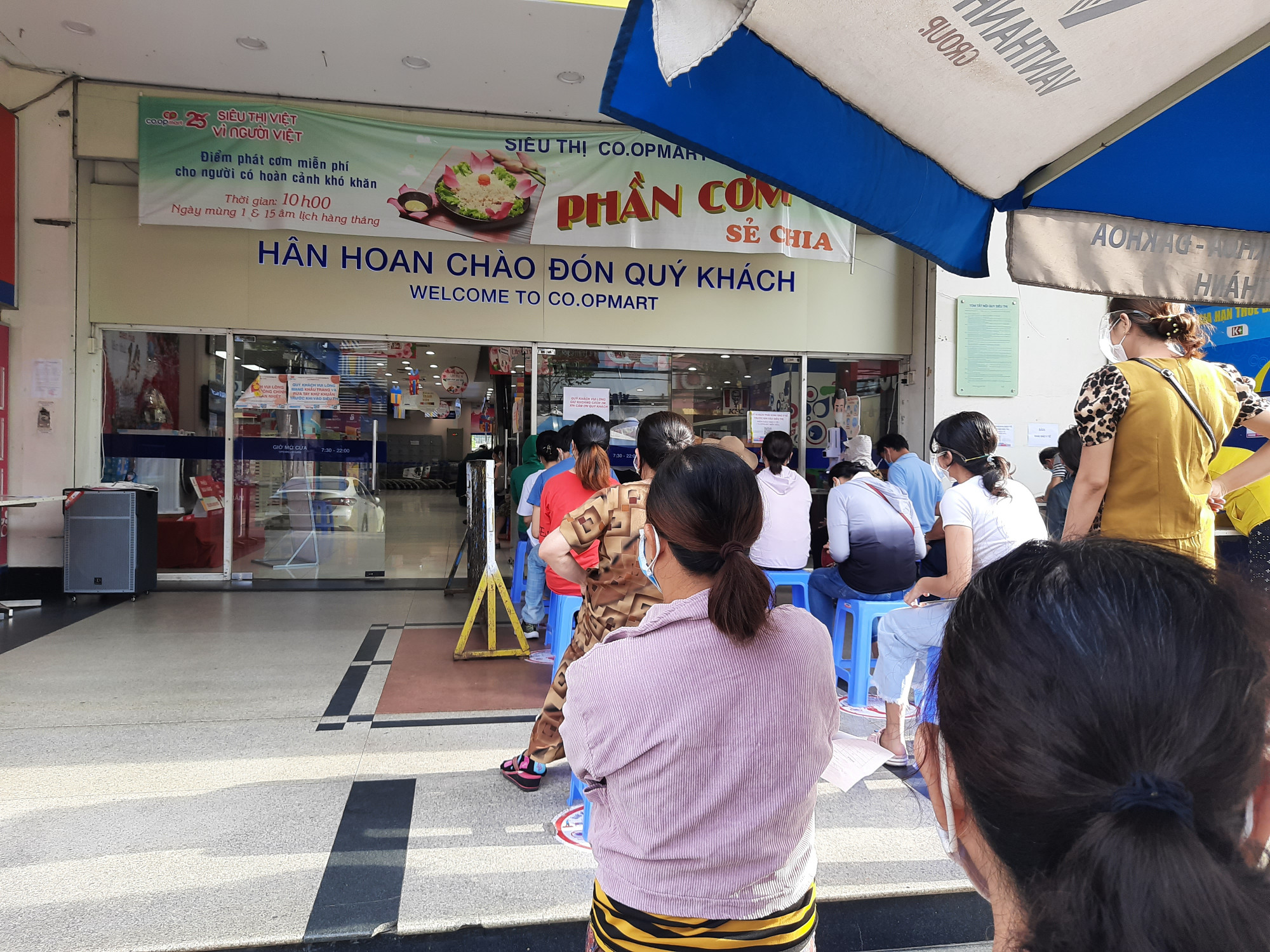 Người dân xếp hàng chờ vào siêu thị mua sắm