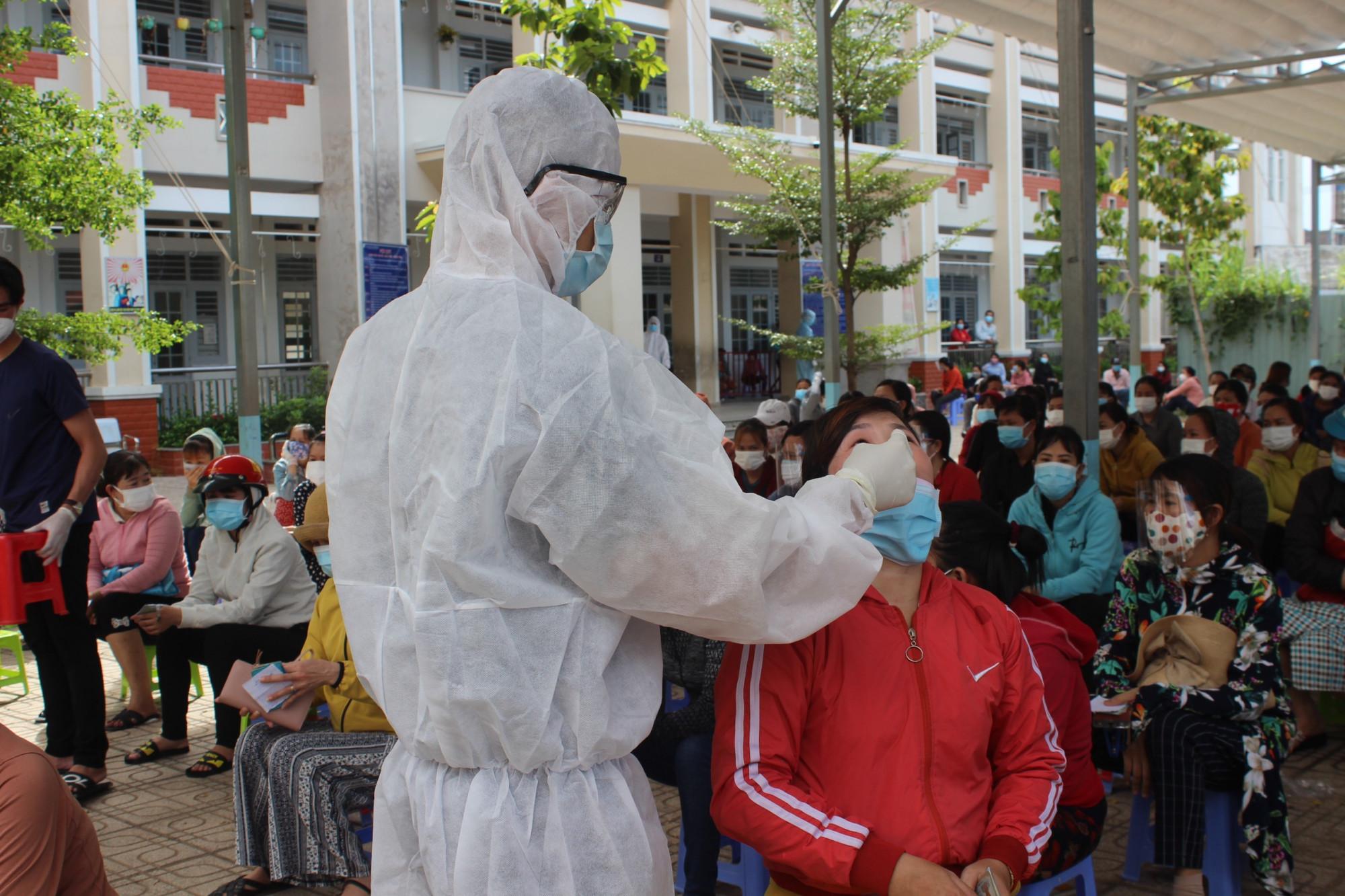Hàng trăm công nhân Công ty Changshin đã đến khai báo y tế và lấy mẫu xét nghiệm tại trạm Y tế P. Trảng Dài (Ảnh: LM)