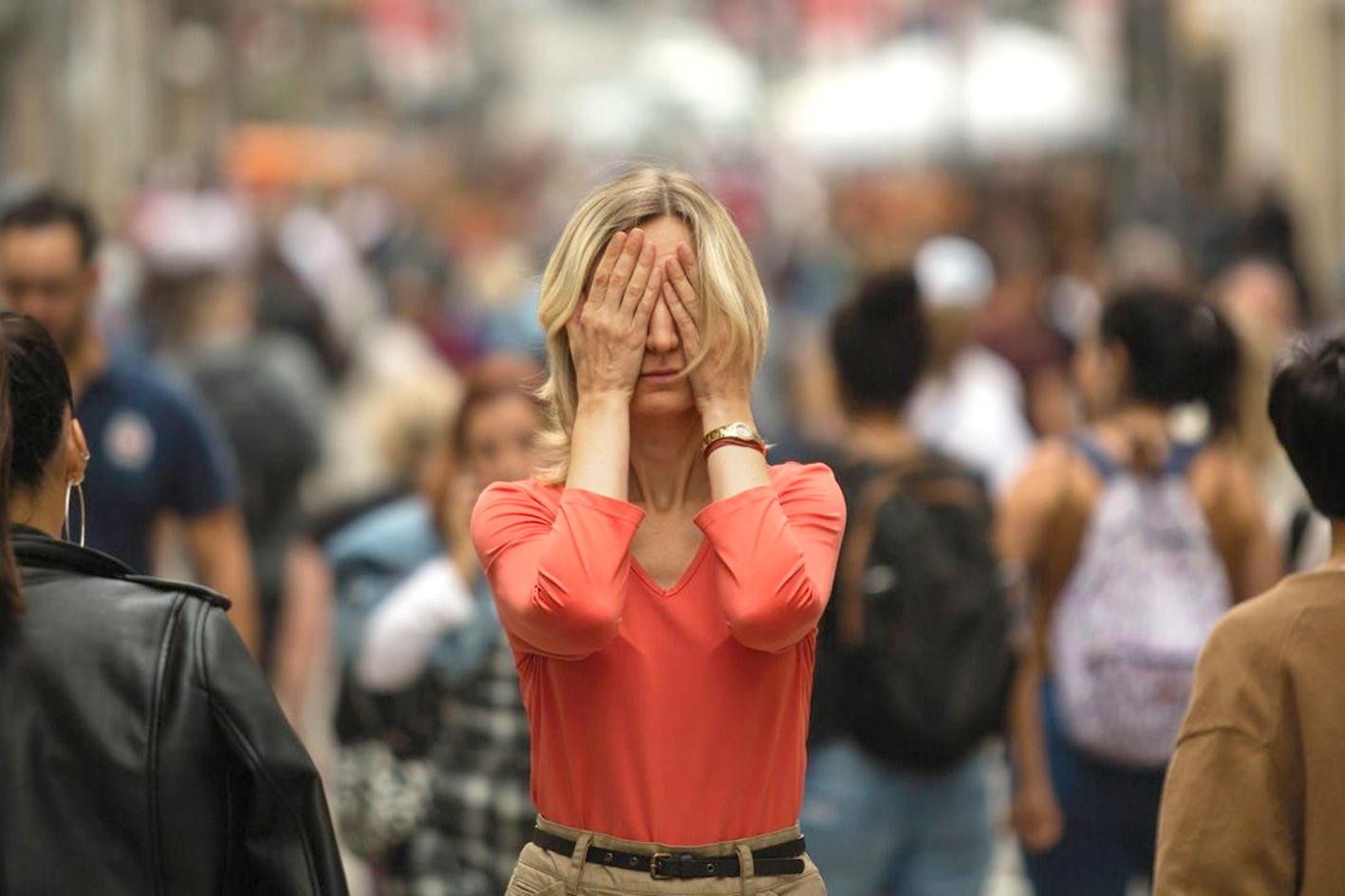Phụ nữ đối diện với sự căng thẳng ngày càng tăng do áp lực cuộc sống  và công việc trong đại dịch