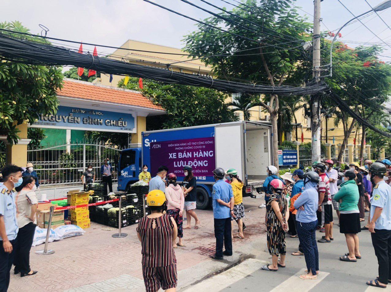 Người dân xếp hàng mua hàng hóa được bán lưu động sáng 13/7 tại khu vực quận 3