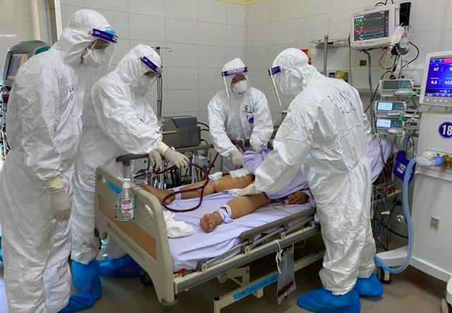 Các bác sĩ đang chăm sóc cho bệnh nhân COVID-19 nặng