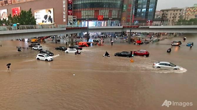 Nhiều ô tô bị ngập sâu trong nước trên các con đường ở tỉnh Hà Nam.