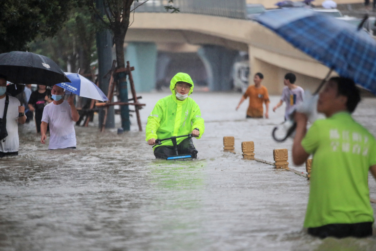 Người dân trinh Châu di chuyển khó khăn trên đường phố