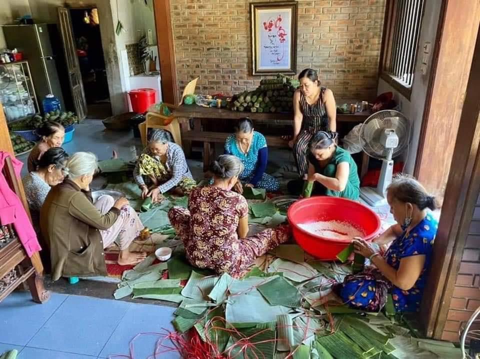 Bà con làng Linh Chiểu, Triệu Sơn, Triệu Phong, Quảng Trị gói bánh để tiếp tế