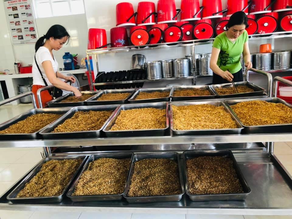 Các cô giáo trường TH Nguyễn Tất Thành, Đông Hà, Quảng trị làm muối sả gửi tặng vùng dịch.