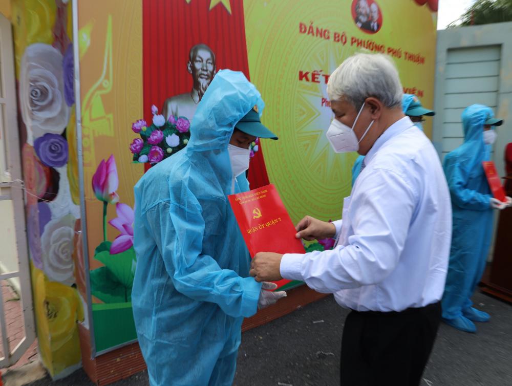 Bí thư Quận ủy quận 7 Võ Khắc Thái trao quyết định kết nạp Đảng cho đảng viên mới.