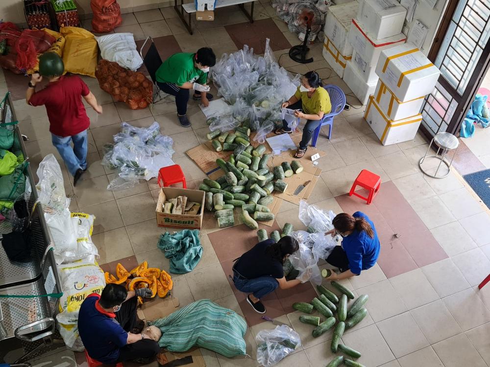 Hệ thống MTTQ Việt Nam TPHCM tiến hành phân hàng hóa đưa đến các khu cách ly, phong tỏa trên địa bàn TP.