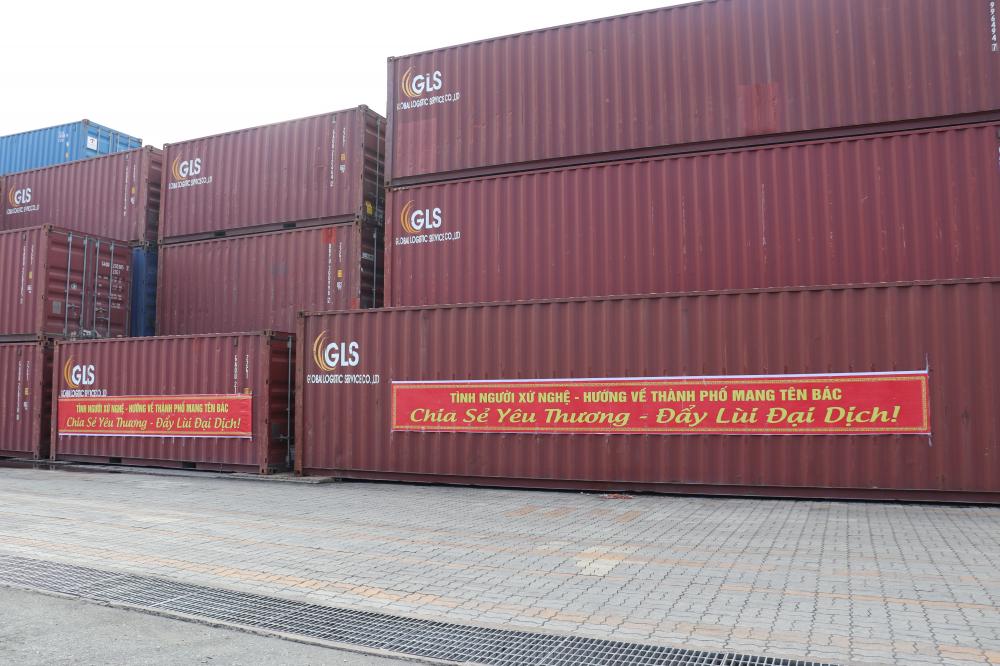 15 container chở 292,567 tấn lương thực, thực phẩm, rau, củ, quả các loại từ Nghệ An vượt biển vào tiếp ứng TPHCM vừa cập cảng Bến Nghé sáng 21/7.