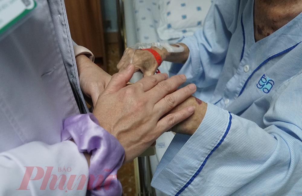 Theo bác sĩ Thể người thân nên nắm bắt tâm tư tình cảm của các cụ để có những sự hỗ trợ kịp thời nhất