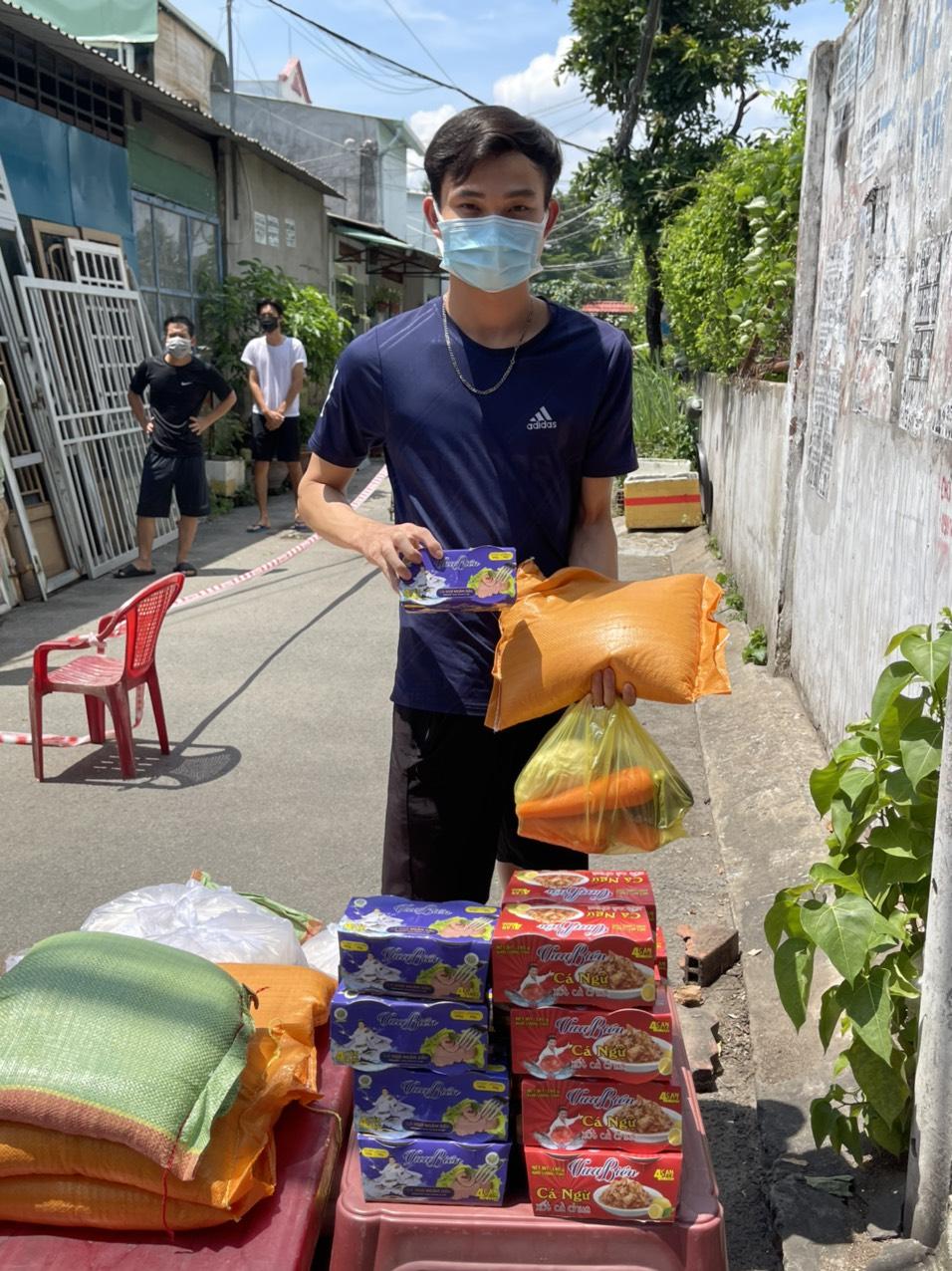 Một người dân nhận quà hỗ trợ từ Đàm Vĩnh Hưng