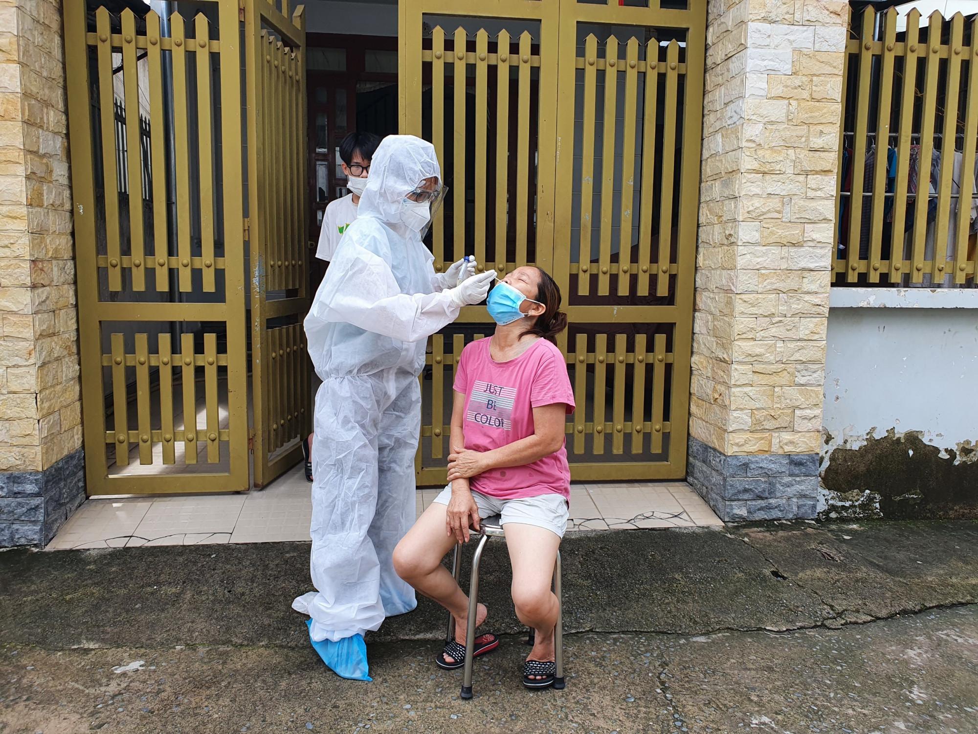 Lấy mẫu xét nghiệm cho người dân tại nhà ở xã Thạnh Phú, huyện Vĩnh Cửu
