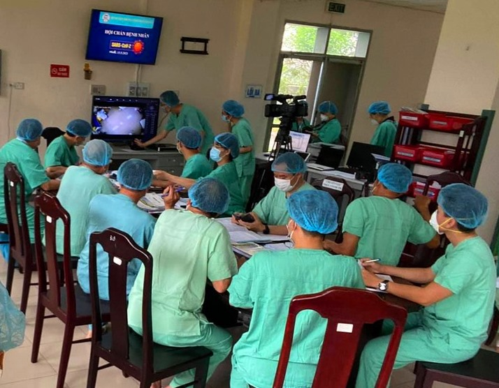 Các bác sĩ tại Cơ sở 2 Bệnh viện T.Ư Huế đang hội chẩn điều trị các bệnh nhân mắc COVID-19