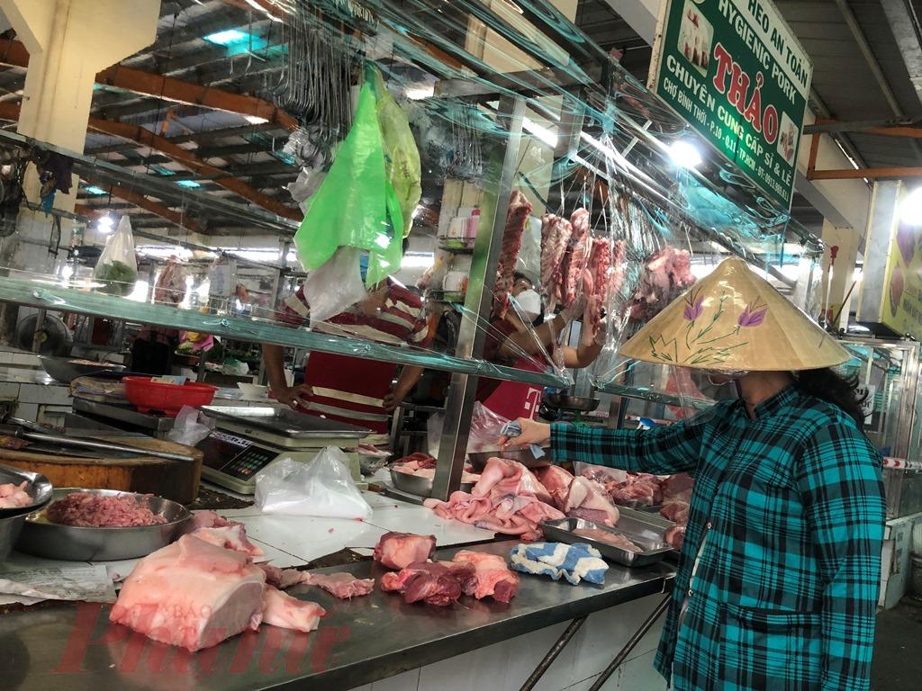 Chợ Bình Thới, quận 11 khôi phục lại sau thời gian đóng cửa, người dân có thêm điểm mua thực phẩm.