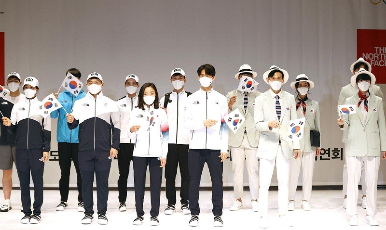 Hàn Quốc: Nhà sản xuất áo khoác ngoài The North Face, gần đây đã hợp tác bom tấn với nhà mốt sang trọng Gucci, đứng sau đồng phục của đội tuyển Hàn Quốc tại Thế vận hội Tokyo. Những bộ vest được thiết kế riêng với màu xanh ngọc và trắng, hai trong số những màu chính được sử dụng trong đồ sứ truyền thống của Hàn Quốc.