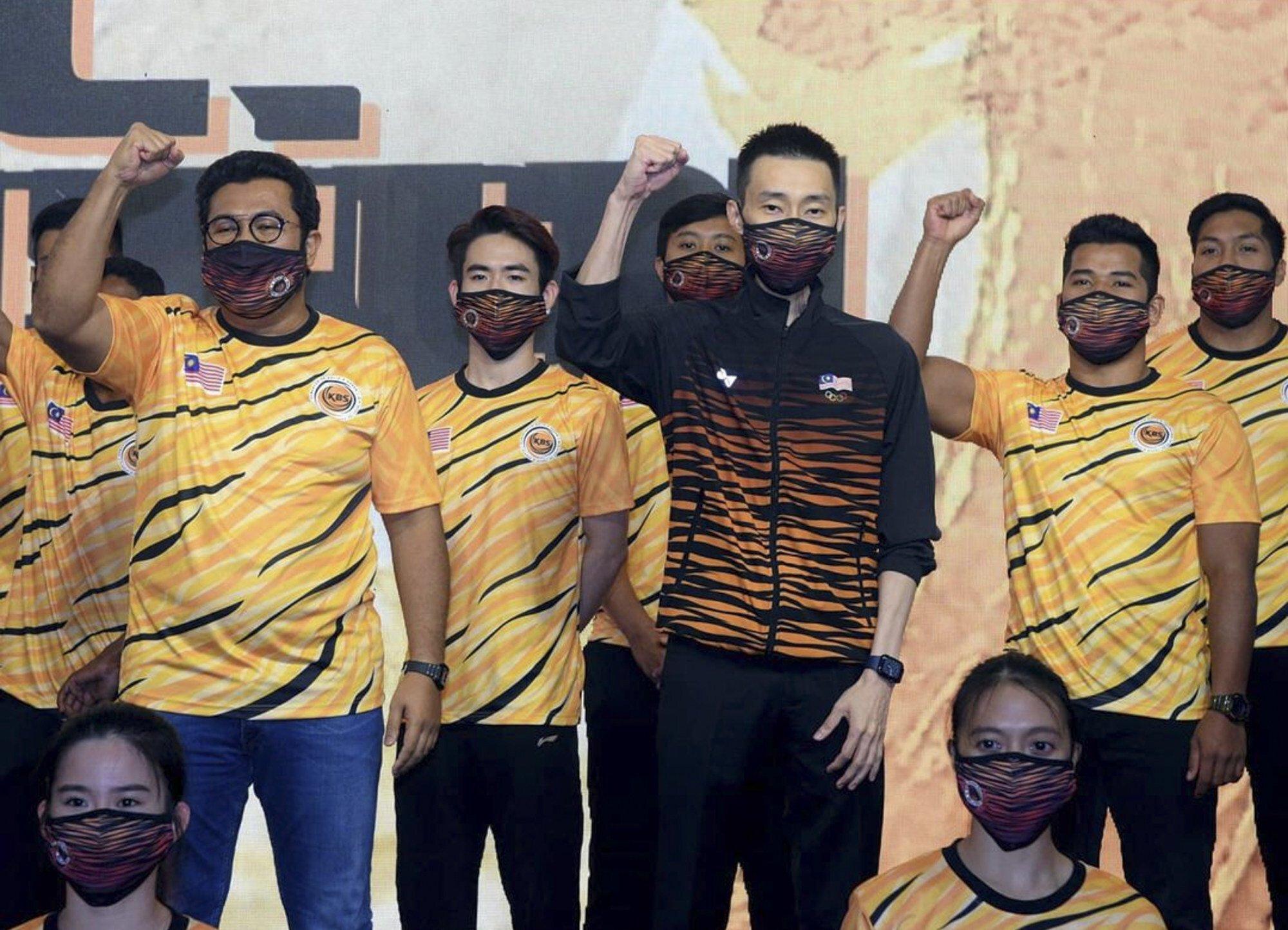 Malaysia: Hãng quần áo thể thao Nhật Bản Yonex đảm nhận vai trò sản xuất trang phục cho đội Olympic Malaysia với những họa tiết sọc hổ nổi bật. Đây không phải là lần đầu tiên các vận động viên Malaysia khoác lên mình mẫu hổ vằn nhưng sự phối màu tinh tế giữa 3 mảng màu chủ đạo cam, vàng và đen giúp trang phục thêm phần ấn tượng.