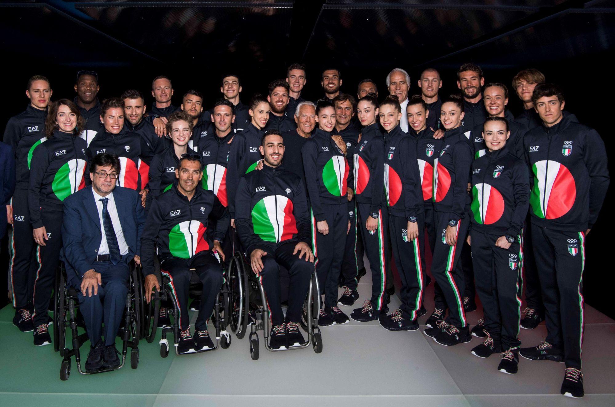 Ý: Giorgio Armani là nhà thiết kế chính thức cho trang phục của đội Olympic Ý. Bộ trang phục có hình lá cờ in ở mặt trước áo khoác jersey và sơ mi. Ngoài ra, phần cổ áo khoác còn có dòng chữ Fratelli d'Italia trong bài quốc ca của đất nước.