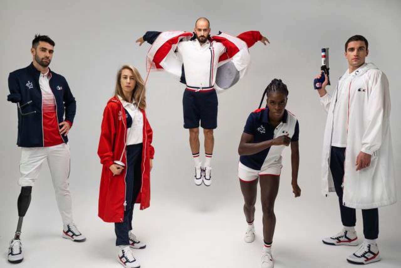 Pháp: Pháp đã tuyển dụng 2 thương hiệu thể thao nổi tiếng nhất của mình để thiết kế đồng phục của các vận động viên thi đấu tại Olympic Tokyo là Lacoste và Le Coq Sportif. Trang phục đơn giản nhưng nổi bật với các khối màu đỏ, trắng và xanh lam, tượng trưng cho màu lá cờ Pháp.