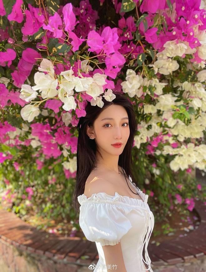 Sinh năm 2002, Đô Mỹ Trúc được biết đến là một hot girl nhận được sự quan tâm tại xứ Trung với gương mặt trong trẻo và sắc vóc nóng bỏng. Bên cạnh làm người mẫu ảnh, cô nàng còn đang là sinh viên trường Đại học Truyền thông Trung Quốc.