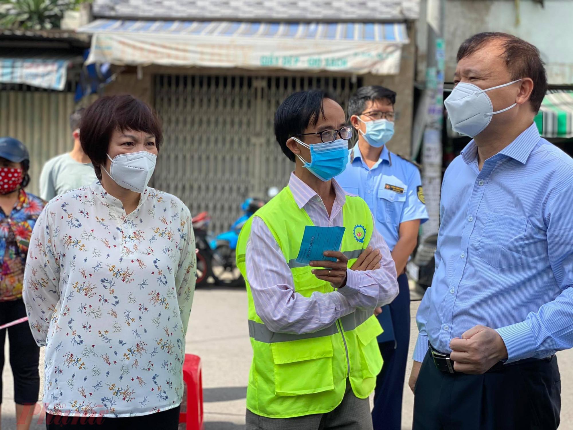 Ban quản  lý chợ Bình Thới trao  đổi thông tin tình hình chợ với ông Đỗ Thắng Hải (bên  phảii)
