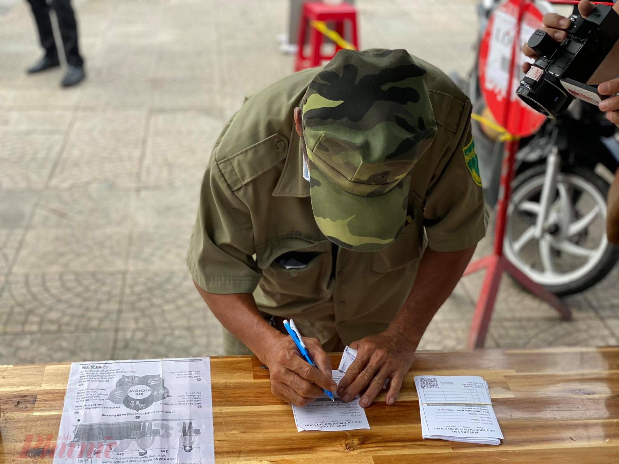Người dân  vào  chợ  An  Đông  (Q.5, TPHCM) phải  khai  báo  y  tế