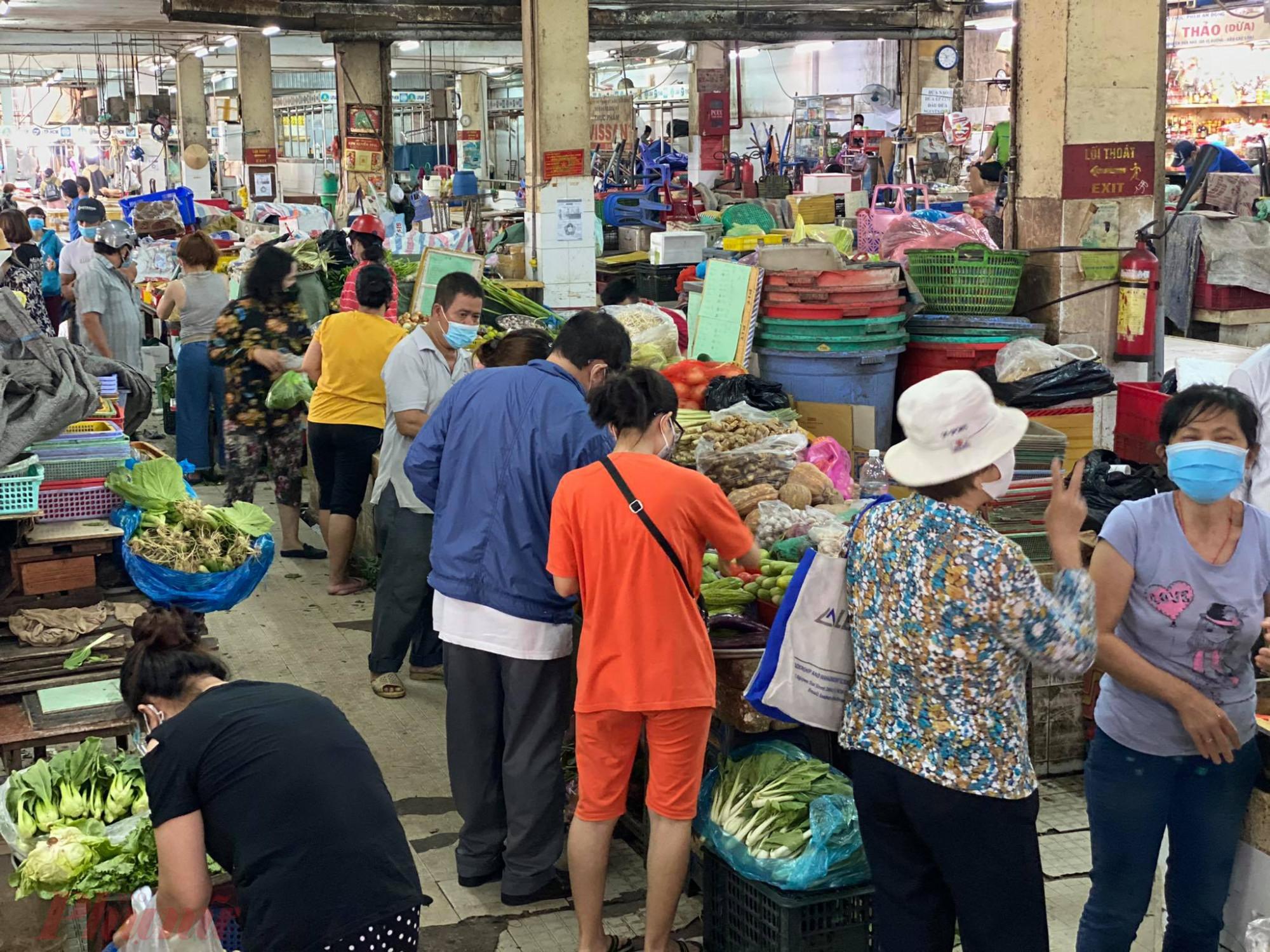 Chợ khá  đông khách hàng đến mua thực phẩm