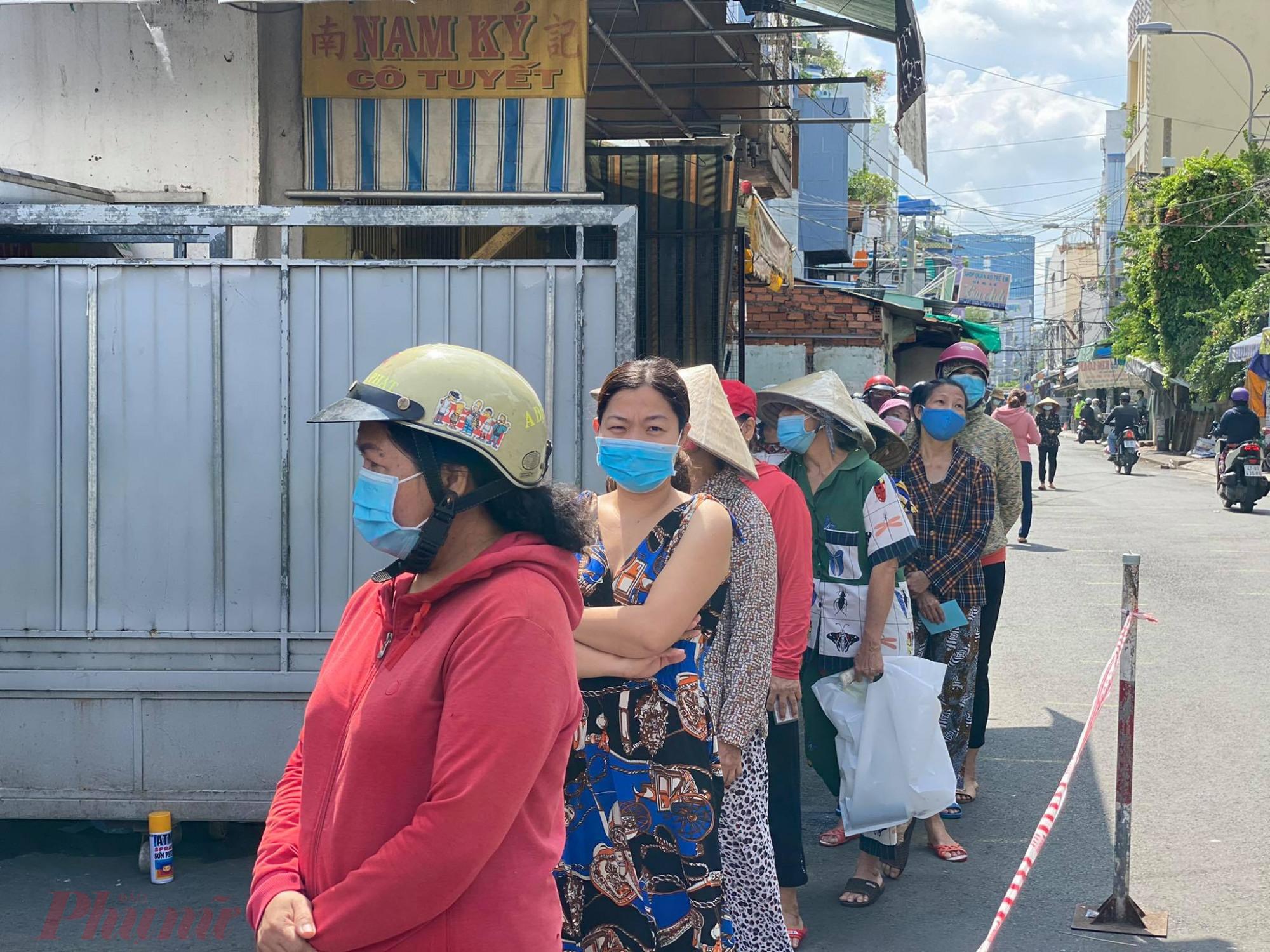 Người  dân xếp hàng đợi  đến lượt vào chợ Bình Thới. Tất  cả  đều  thực  hiện  5K  theo  quy  địnhh.