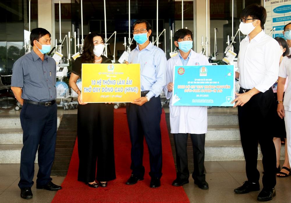 Đại diện lãnh đạo Bệnh viện Đa khoa tỉnh Bình Dương nhận biểu trưng ủng hộ từ Tập đoàn Kim Oanh - Ảnh: Địa ốc Kim Oanh