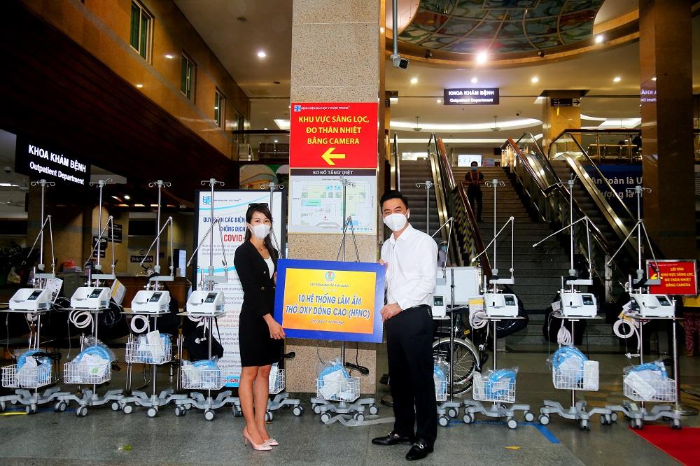 Máy oxy dòng cao của Tập đoàn Kim Oanh trao tặng sẽ giúp người bệnh có thêm cơ hội được chữa lành. Hình ảnh trao tặng tại bệnh viện Đại học Y Dược TPHCM ngày 19/7/2021 - Ảnh: Địa ốc Kim Oanh