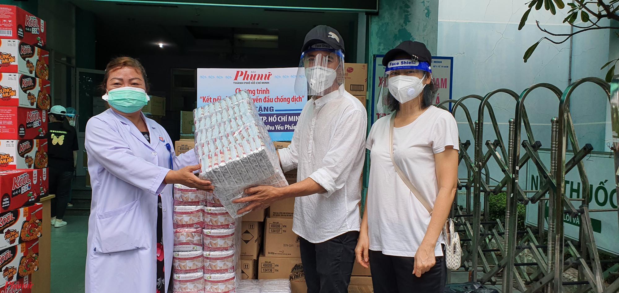 Diễn viên Như Thảo, Hiền Mai tặng các đồ dùng thiết yếu cho y bác sĩ