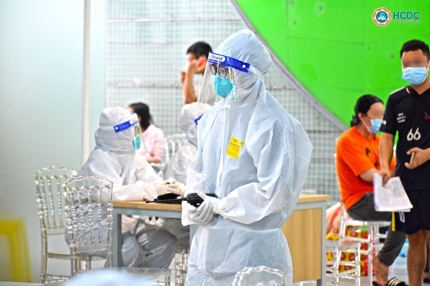 Nhân viên y tế được trang bị bộ đàm để sắp xếp, điều phối phòng cho bệnh nhân. Ảnh: HCDC