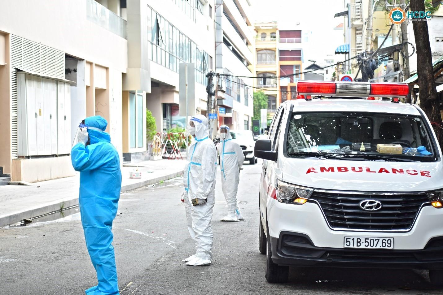 Lúc 13 giờ 30 phút ngày 22/7, chuyến xe đưa những bệnh nhân F0 đầu tiên điều trị tại Bệnh viện dã chiến số 5 đã có mặt trước cửa bệnh viện. Ảnh: HCDC