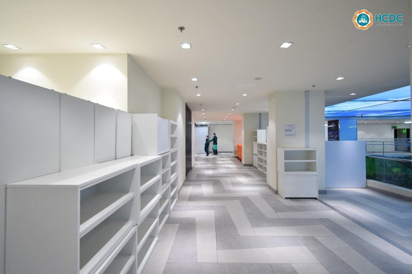 Khu vực hành lang thông thoáng tại Bệnh viện dã chiến số 5. Ảnh: HCDC