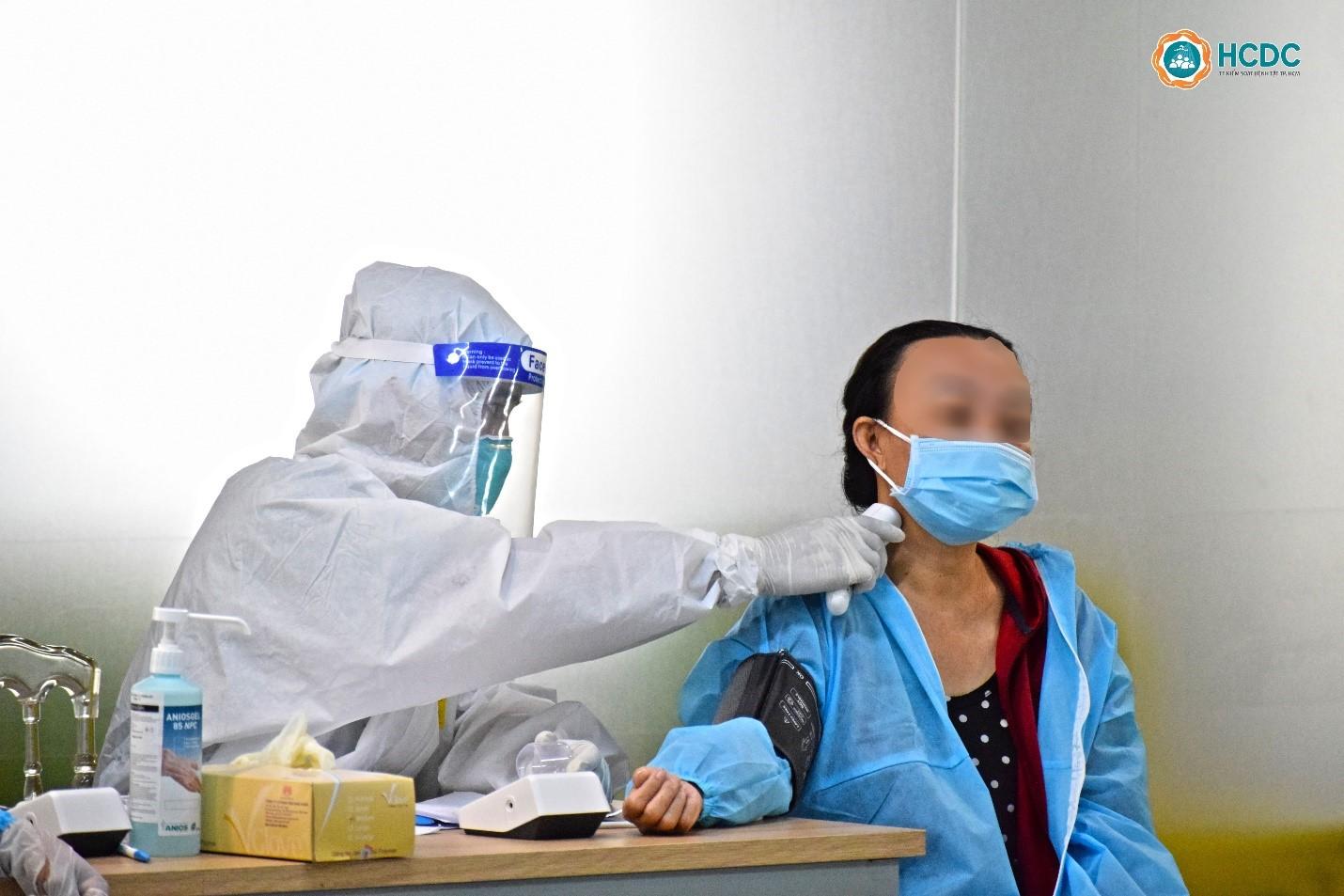 Bệnh nhân được đo thân nhiệt, lấy dấu sinh hiệu trước khi nhập viện.