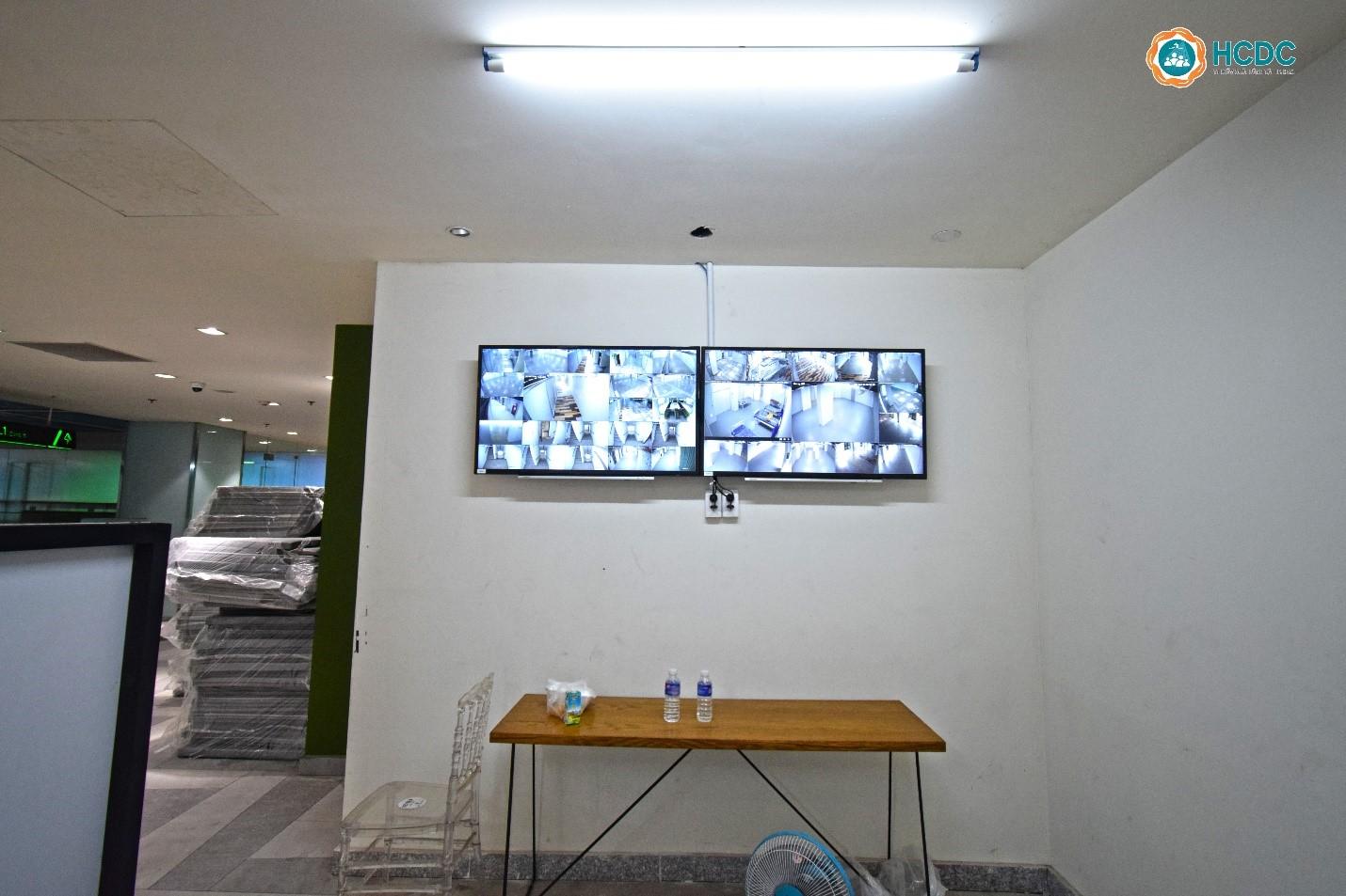 Hệ thống camera được lắp đặt hầu hết khu vực trong bệnh viện dã chiến số 5. Ảnh: HCDC