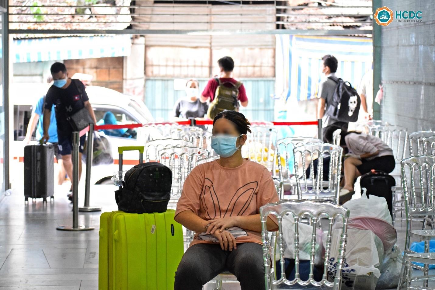 Các bệnh nhân xếp hàng chờ tiếp nhận điều trị tại Bệnh viện dã chiến số 5 sau thời gian cách ly tạm tại địa phương. Ảnh: HCDC
