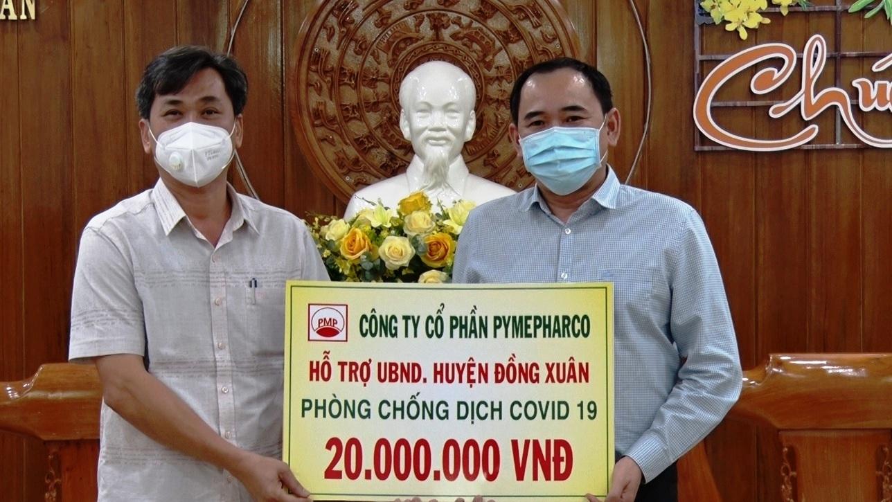Đại diện công ty, doanh nghiệp ủng hộ 20 triệu đồng huyện miền núi Đồng Xuân (Phú Yên) phòng phòng, chống dịch COVID-19.
