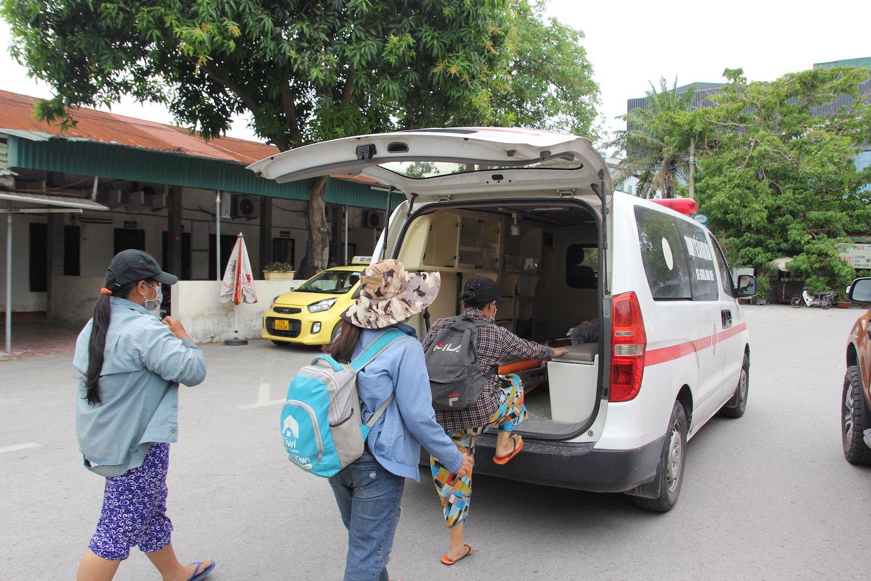 Cả 4 mẹ con được xe cứu thương đến ga đón về cách ly theo quy định
