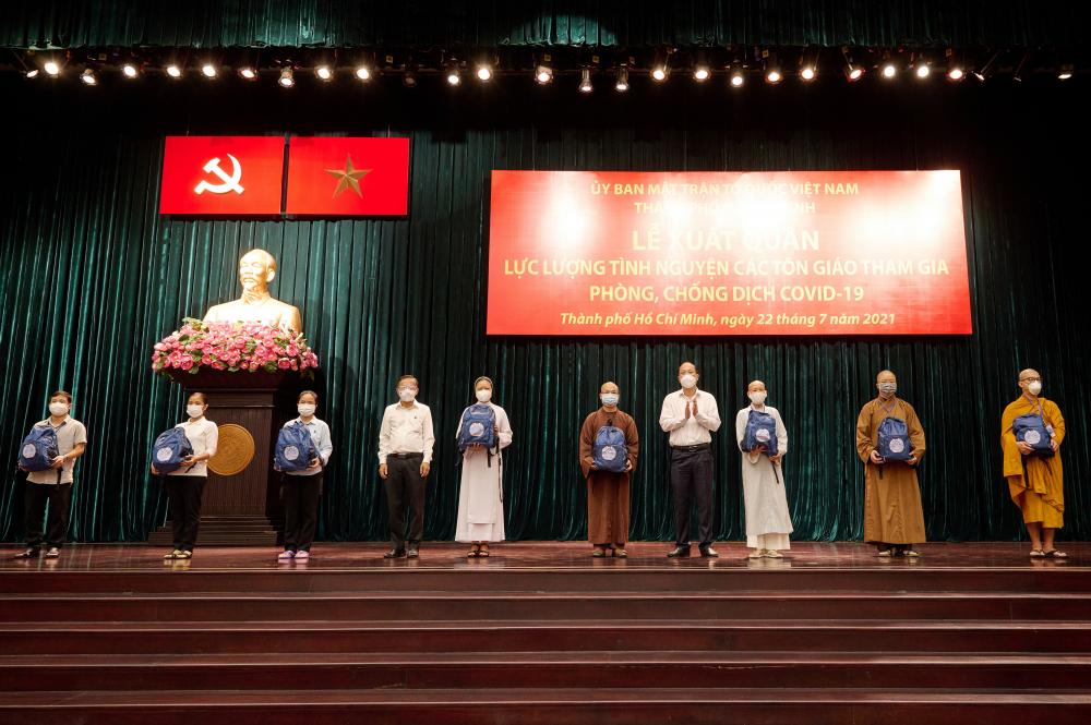 Lãnh đạo TPHCM tặng quà động viên cho các tình nguyện viên. Ảnh Quốc Thanh.