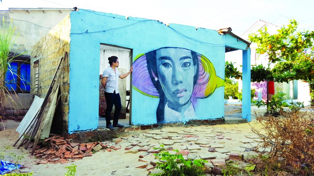Một ngày, cả làng Tam Thanh được khoác lên lớp áo mới với đủ thể loại tranh trên các cổng, bờ rào, tường nhà…