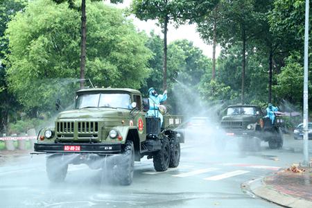 Hình ảnh minh họa chiến lược phòng, chống COVID-19 của quân đội, trong ảnh, lực lượng Phòng hóa Quân đoàn 4 phun khử khuẩn tại TP.Dĩ An, tỉnh Bình Dương.