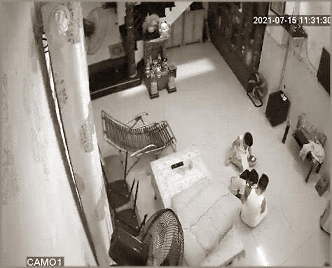 Đột ngột xa người thân, hằng ngày   bốn đứa trẻ chỉ loanh quanh chơi   với nhau trong nhà và ngóng điện thoại của cha mẹ từ khu cách ly Ảnh: trích xuất từ camera gia đình