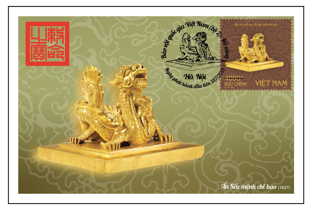 """Theo các kết quả nghiên cứu, ấn Sắc mệnh chi bảo có từ triều Trần được làm bằng chất liệu gỗ, là ấn của vua Trần Thái Tông (1225-1258) dùng để ban bố mệnh lệnh, sắc chỉ trong giai đoạn những ngày đầu của cuộc kháng chiến chống quân Nguyên xâm lược Đại Việt lần thứ nhất (1258). Ấn cao 11cm, cạnh 14 x 14 cm, dày mặt 2,5cm, nặng 8.300gr, được đúc bằng vàng 10 tuổi. Mặt ấn đúc nổi 4 chữ triện trong khung diềm: """"Sắc mệnh chi bảo"""". Hiện vật đang được lưu giữ tại Bảo tàng lịch sử Quốc gia."""