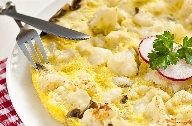Thành phần:  3 quả trứng 1/2 cốc sữa 150 hoặc 200g súp lơ trắng Greens Muối Dầu hạt để chiên Làm thế nào để làm cho nó:  Rửa sạch súp lơ và cắt thành những bông hoa nhỏ. Luộc súp lơ trong nước muối trong bảy phút cho đến khi nó chín một phần.  Cắt nhỏ rau xanh. Đánh đều trứng và sữa, thêm muối tùy theo khẩu vị.  Khi súp lơ chín, để ráo, cho vào chao. Đun nóng dầu trong chảo rồi cho súp lơ và rau xanh vào.  Cho hỗn hợp trứng sữa vào khuấy đều. Chiên một mặt của trứng tráng, sau đó lật mặt lại (hoặc chỉ cần đậy bằng nắp). Sẽ ngon hơn nữa nếu bạn cho thêm phô mai bào vào.