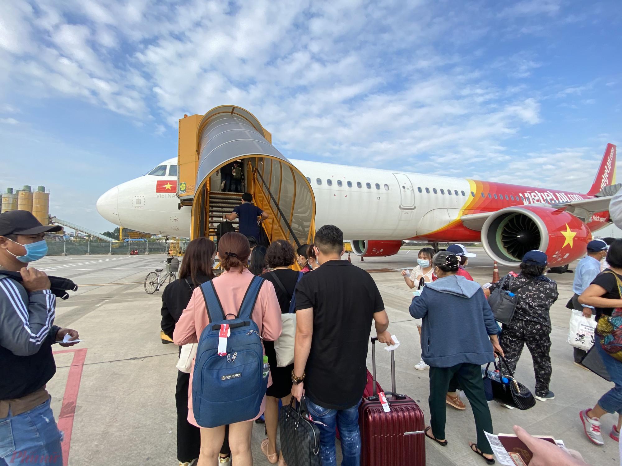 Khai thác hạn chế các chuyến bay từ TPHCM đến Hà Nội và kiểm soát chặt người về từ 19 tỉnh, thành phía Nam. Ảnh: Quốc Thái