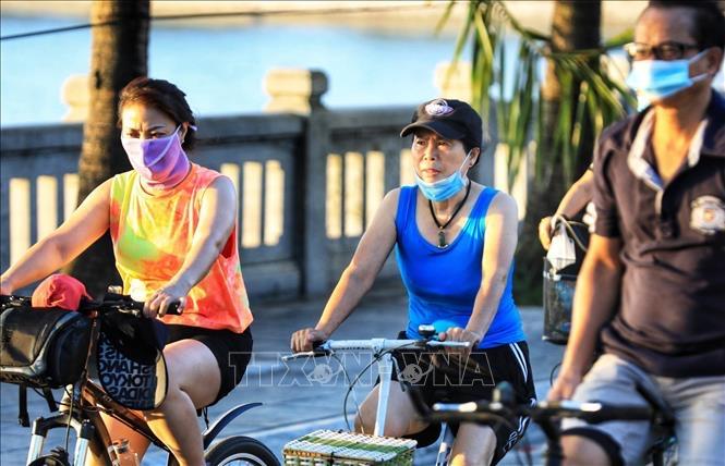 Dù Hà Nội đã có lệnh cấm nhưng người dân vẫn giữ thói quen đạp xe tập thể dục, thậm chí không mang khẩu trang (ảnh: TTXVN)