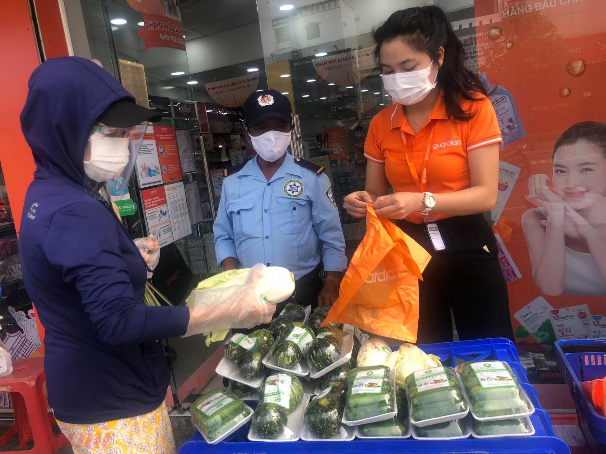 Một trong những điểm bán hàng lưu động phân phối thực phẩm bình ổn cho người dân TP HCM.