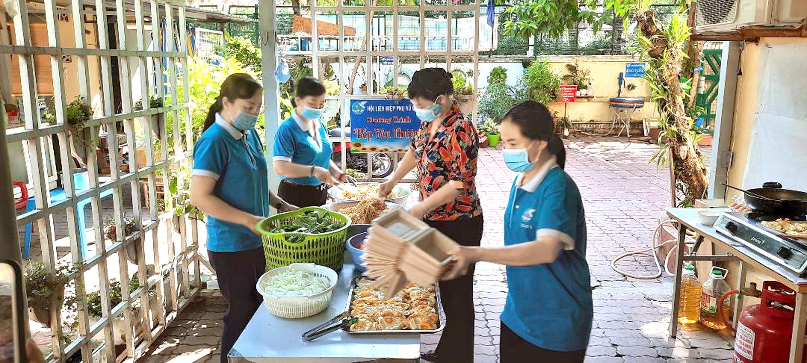 Bà Trần Thị Phương Hoa (thứ hai từ phải qua) đến thăm bếp ăn của Hội LHPN Q.1