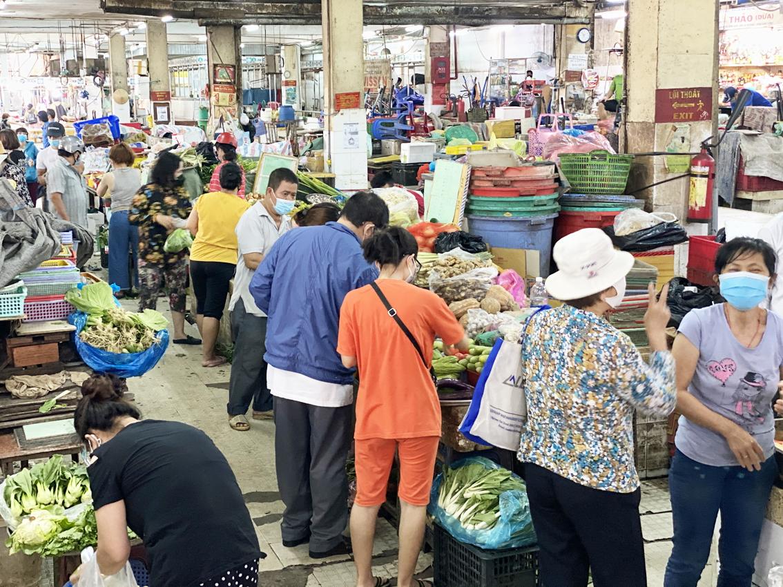 Tại chợ An Đông, người mua và người bán đứng san sát nhau - Ảnh: Quốc Thái