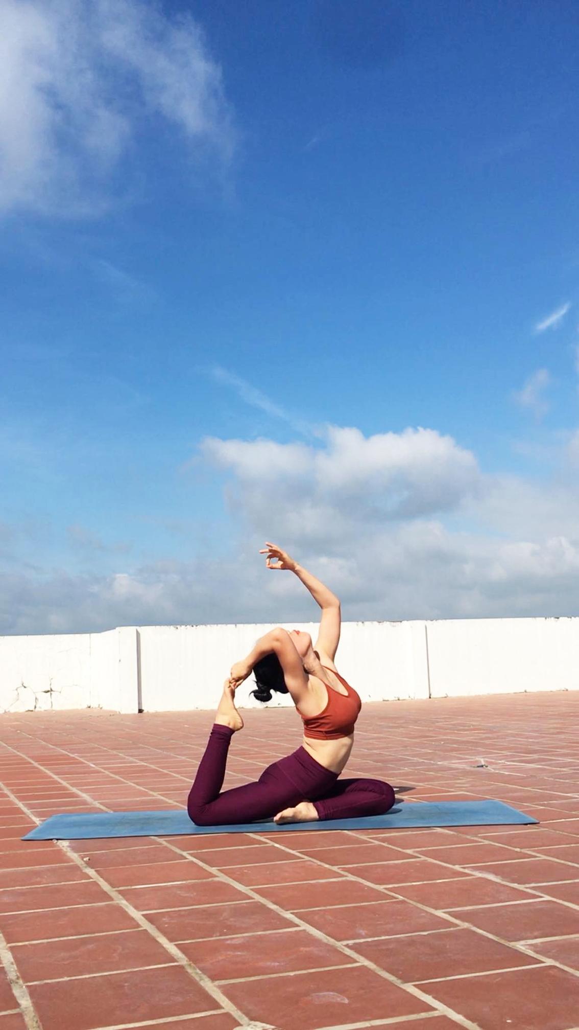 Tác giả với bài tập yoga  vào mỗi buổi sáng