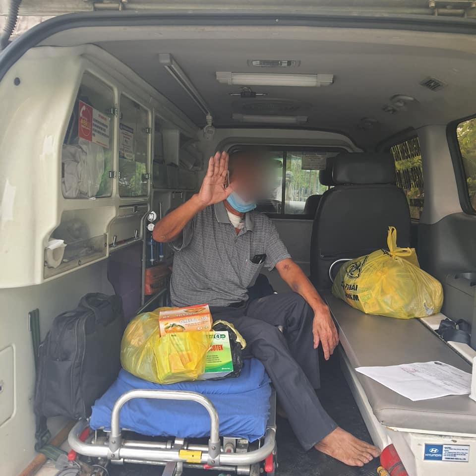 Bệnh nhân được ra viện, bệnh viện đã điều xe đưa bệnh nhân về với gia đình.